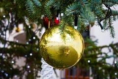 Χρυσή σφαίρα Χριστουγέννων ως διακόσμηση δέντρων στοκ φωτογραφία με δικαίωμα ελεύθερης χρήσης