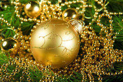Χρυσή σφαίρα Χριστουγέννων Στοκ φωτογραφίες με δικαίωμα ελεύθερης χρήσης