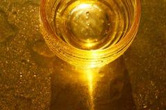 Χρυσή σύσταση με τις πτώσεις νερού Δίψα και η απόσβεσή του στοκ φωτογραφία