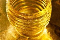 Χρυσή σύσταση με τις πτώσεις νερού Δίψα και η απόσβεσή του στοκ φωτογραφίες με δικαίωμα ελεύθερης χρήσης