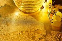 χρυσή σύσταση Πλούτος, πληρότητα και φρεσκάδα Konzerte Νερό και σταφύλια στοκ εικόνες