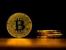 Χρυσή τεχνολογία τραπεζικής μεταφοράς χρημάτων cryptocurrency bitcoin επιχειρησιακή με το μαύρο υπόβαθρο Έννοια του διανεμημένου  Στοκ φωτογραφίες με δικαίωμα ελεύθερης χρήσης