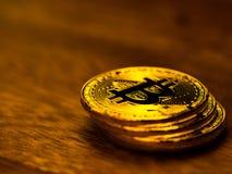 Χρυσή τεχνολογία τραπεζικής μεταφοράς χρημάτων cryptocurrency bitcoin επιχειρησιακή στον ξύλινο πίνακα Έννοια της διανεμημένης τε Στοκ φωτογραφίες με δικαίωμα ελεύθερης χρήσης