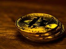 Χρυσή τεχνολογία τραπεζικής μεταφοράς χρημάτων cryptocurrency bitcoin επιχειρησιακή στον ξύλινο πίνακα Έννοια της διανεμημένης τε Στοκ φωτογραφία με δικαίωμα ελεύθερης χρήσης