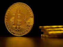 Χρυσή τεχνολογία τραπεζικής μεταφοράς χρημάτων cryptocurrency bitcoin επιχειρησιακή με το μαύρο υπόβαθρο Έννοια διανεμημένος Στοκ Εικόνες
