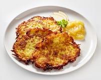 Χρυσή τηγανισμένη πατάτα Rosti που εξυπηρετείται με Applesauce Στοκ Εικόνες