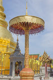 Χρυσή τοποθετημένη στη σειρά ομπρέλα στο ναό hariphunchai, Lamphun Ταϊλάνδη Στοκ Φωτογραφία