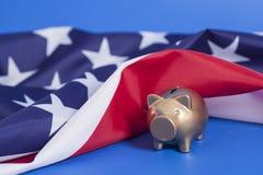 Χρυσή τράπεζα Piggy με τη αμερικανική σημαία Στοκ φωτογραφία με δικαίωμα ελεύθερης χρήσης