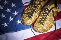 Χρυσή τρέχοντας αμερικανική σημαία παπουτσιών Στοκ Εικόνες