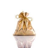 Χρυσή τσάντα για το νόμισμα beeing έννοιας λευκό τεχνολογίας συνδέσμων απομονωμένο εστίαση καλυμμένο στούντιο Στοκ φωτογραφία με δικαίωμα ελεύθερης χρήσης