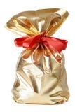 Χρυσή τσάντα δώρων με ένα κόκκινο τόξο Στοκ φωτογραφίες με δικαίωμα ελεύθερης χρήσης