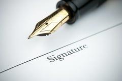 χρυσή υπογραφή πεννών γραμμ Στοκ φωτογραφίες με δικαίωμα ελεύθερης χρήσης