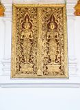 Χρυσή χάραξη αγγέλου στο παλαιό παράθυρο Στοκ εικόνα με δικαίωμα ελεύθερης χρήσης
