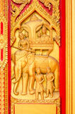 Χρυσή χάραξη του Βούδα στην πόρτα ναών Στοκ Φωτογραφίες