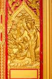 Χρυσή χάραξη του Βούδα στην πόρτα ναών Στοκ Εικόνες
