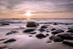 Χρυσή ώρα στην πετρώδη παραλία Στοκ Φωτογραφία