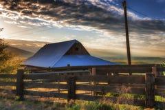 Χρυσή ώρα στο αγρόκτημα βουνών του Ντάλλας στο κράτος λόφων της Κολούμπια Στοκ Εικόνες