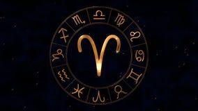 Χρυσή zodiac ρόδα ωροσκοπίων spinnig με το σημάδι κριού Aries στο κέντρο απόθεμα βίντεο