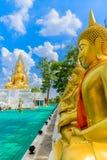 Χρυσοί άγαλμα και μπλε ουρανός του Βούδα Στοκ φωτογραφίες με δικαίωμα ελεύθερης χρήσης