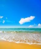 Χρυσοί ακτή και μπλε ουρανός στη Σαρδηνία Στοκ φωτογραφία με δικαίωμα ελεύθερης χρήσης