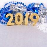 χρυσοί αριθμοί έτους του 2019 και αργυροειδές και μπλε decorati Χριστουγέννων Στοκ εικόνα με δικαίωμα ελεύθερης χρήσης