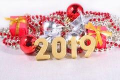 χρυσοί αριθμοί έτους του 2019 και διακοσμήσεις Χριστουγέννων Στοκ Εικόνες