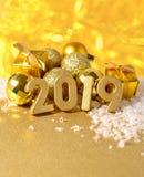 χρυσοί αριθμοί έτους του 2019 και χρυσές διακοσμήσεις Χριστουγέννων Στοκ Εικόνες