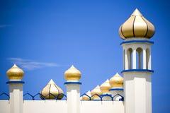 Χρυσοί θόλοι στο άσπρο μουσουλμανικό τέμενος στοκ εικόνες