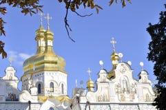 Χρυσοί θόλοι του καθεδρικού ναού με τους σταυρούς ενάντια στο μπλε ουρανό Στοκ Εικόνες