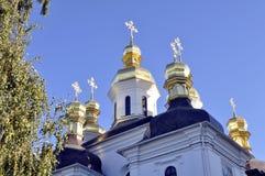 Χρυσοί θόλοι του καθεδρικού ναού με τους σταυρούς ενάντια στο μπλε ουρανό Στοκ Φωτογραφίες