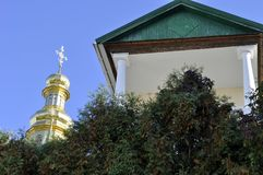 Χρυσοί θόλοι του καθεδρικού ναού με τους σταυρούς ενάντια στο μπλε ουρανό Στοκ φωτογραφία με δικαίωμα ελεύθερης χρήσης