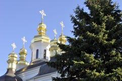 Χρυσοί θόλοι του καθεδρικού ναού με τους σταυρούς ενάντια στο μπλε ουρανό Στοκ εικόνα με δικαίωμα ελεύθερης χρήσης