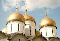 Χρυσοί θόλοι εκκλησιών υπόθεσης. Μόσχα Κρεμλίνο. στοκ φωτογραφίες