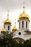 Χρυσοί θόλοι της ρωσικής Ορθόδοξης Εκκλησίας διάσημα βουνά kanonkop της Αφρικής κοντά στο γραφικό αμπελώνα νότιων άνοιξη στοκ φωτογραφίες