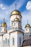 Χρυσοί θόλοι της ρωσικής Ορθόδοξης Εκκλησίας με το σταυρό στοκ εικόνα με δικαίωμα ελεύθερης χρήσης