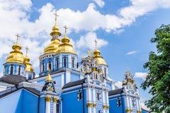 Χρυσοί θόλοι του καθεδρικού ναού Mikhailovsky στο Κίεβο Στοκ εικόνες με δικαίωμα ελεύθερης χρήσης