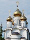 Χρυσοί θόλοι του μοναστηριού του Άγιου Βασίλη (14ος αιώνας) σε pereslavl-Zalessky στη Ρωσία στοκ εικόνα