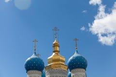 Χρυσοί θόλοι του ρωσικού Ð ¡ hurch ενάντια σε έναν μπλε ουρανό με το clou στοκ φωτογραφία με δικαίωμα ελεύθερης χρήσης