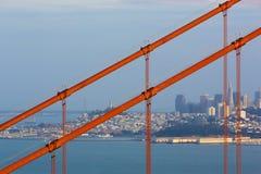 Χρυσοί καλώδια και ορίζοντας γεφυρών πυλών Στοκ Φωτογραφία