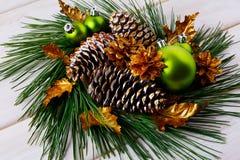 Χρυσοί κώνοι διακοπών Χριστουγέννων και διακοσμημένο φύλλα στεφάνι Στοκ Εικόνες