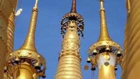 Χρυσοί κώνοι Stupas στη λάρνακα Thein, το Μιανμάρ απόθεμα βίντεο