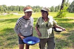 Χρυσοί μεταλλοδίφες όλων των ηλικιών στις όχθεις του ποταμού Gardon Στοκ φωτογραφίες με δικαίωμα ελεύθερης χρήσης