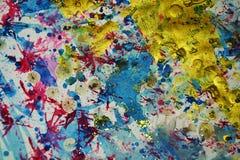 Χρυσοί μπλε κόκκινοι ρόδινοι παφλασμοί, αντιθέσεις, δημιουργικό υπόβαθρο watercolor χρωμάτων Στοκ Φωτογραφία