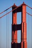 Χρυσοί πύργος και καλώδια γεφυρών πυλών Στοκ Εικόνα