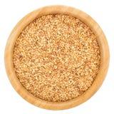 Χρυσοί σπόροι λιναριού στο ξύλινο κύπελλο που απομονώνεται στοκ φωτογραφία με δικαίωμα ελεύθερης χρήσης