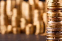 Χρυσοί σωροί νομισμάτων, πλούσιο υπόβαθρο χρημάτων στοκ εικόνα με δικαίωμα ελεύθερης χρήσης