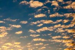 Χρυσοί σύννεφα και ουρανός Στοκ Φωτογραφία