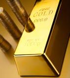 Χρυσοί φραγμοί και νομίσματα, περιβαλλοντική οικονομική έννοια Στοκ Εικόνες