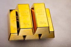 Χρυσοί φραγμοί και νομίσματα, περιβαλλοντική οικονομική έννοια Στοκ Φωτογραφία