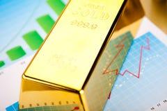 Χρυσοί φραγμοί με μια γραμμική γραφική παράσταση, περιβαλλοντική οικονομική έννοια Στοκ Φωτογραφία